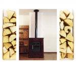 Stufa a legna con rivestimento in pregiatamaiolica bordeaux.